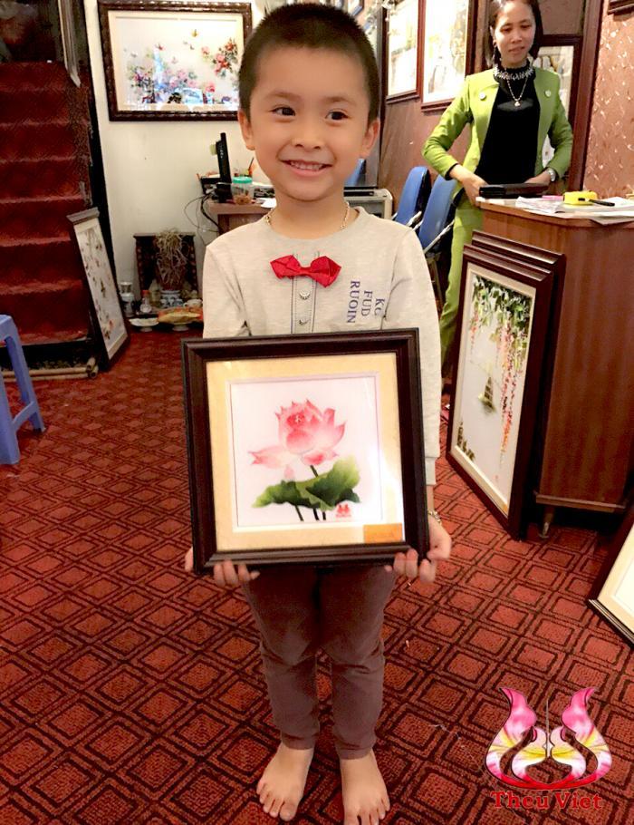 tranh thêu hoa sen làm quà tặng
