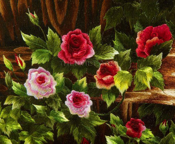 chi tiết tranh thêu tay cửa sổ hoa hồng MHOA0014